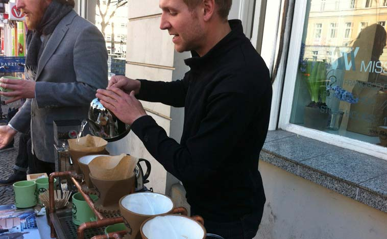 Get your caffeine fix on the sidewalk. Bicycle Coffee from San Francisco brewing it fresh on Torstraße. Photo: Berlinow